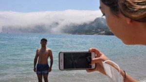 Denizde nadir görülen görüntü turistlerin ilgisini çekti
