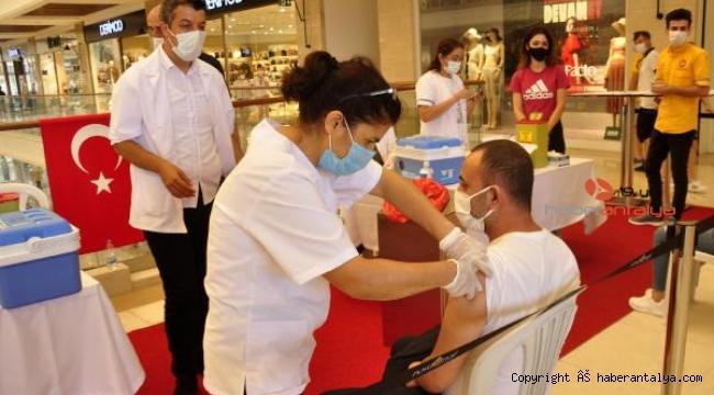 Alışveriş merkezinde çalışanlara ve müşterilere aşı