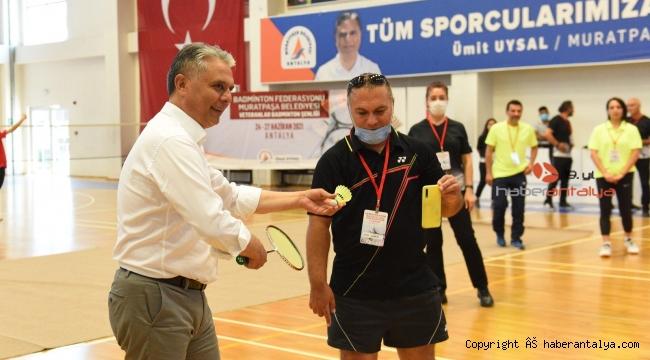 Badminton şenliği açılış vuruşu Başkan Uysal'dan