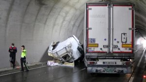 Devrilen TIR tüneli tıkadı, trafik felç oldu
