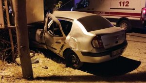 Otomobil trafoya girdi, 3 kişi ölümden döndü