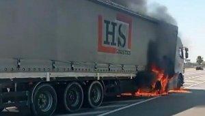 Antalya'da seyir halindeki TIR, alev alev yandı !