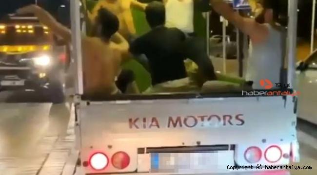 Kamyonet kasasında dans eden gençlerin tehlikeli yolculuğu