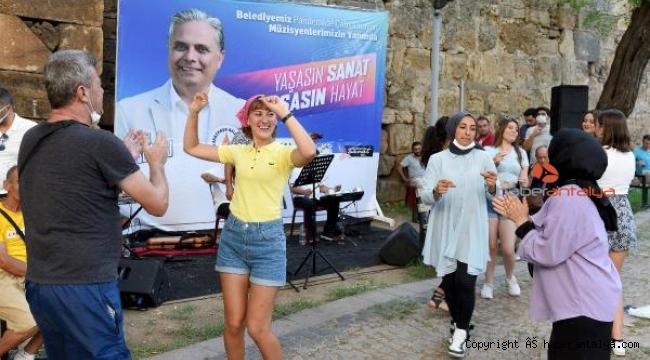 Müzik, Antalya sokaklarında yankılanmaya devam ediyor