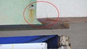 Duvardan akan sarı sudan şüphelendiler, korkunç gerçek ortaya çıktı !