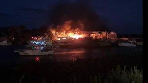Gemi yapım atölyesinde yangın çıktı tekneler küle döndü