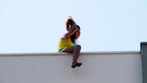 Genç kadın intihar için çıktı, yürekler ağızlara geldi