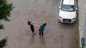 Kadınların yağmur altında dansı