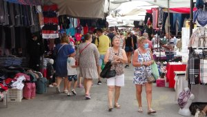 Yağmur esnafa yaradı, turistler pazara akın etti