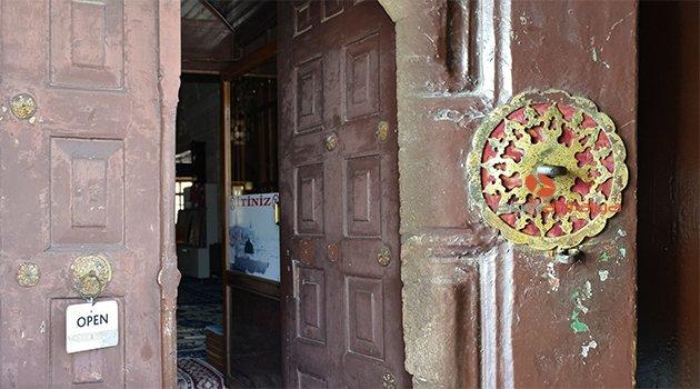 500 yıllık caminin altın yaldızlı mühürleri bir bir kayboluyor