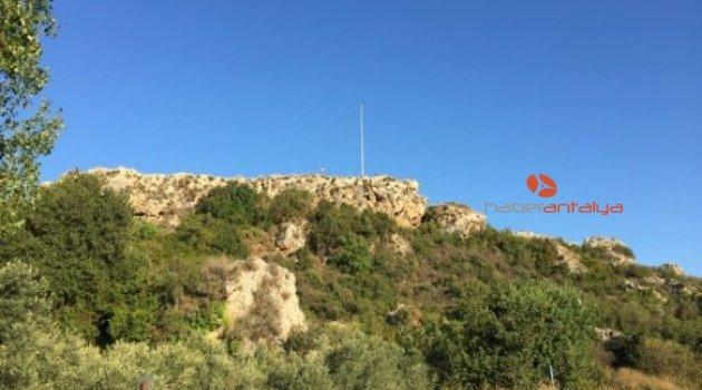 Aksu'daki Kızkoparan Tepesinde asılı Türk bayrağı çalındı