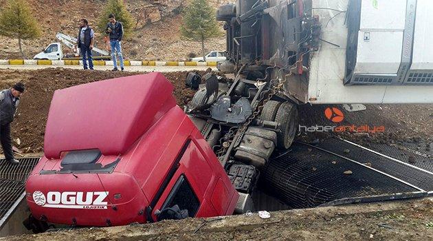 Antalya'da feci kaza: 3 yaralı