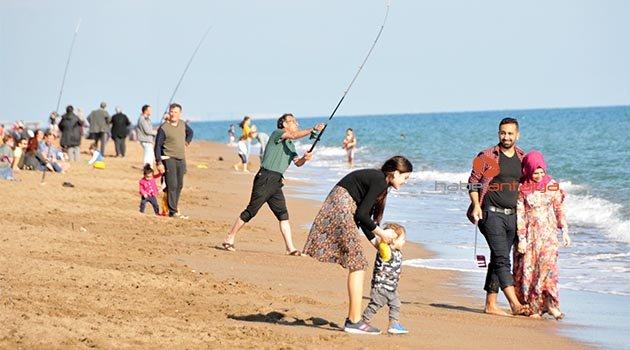 Antalya'da güneşli hava sahilleri doldurdu
