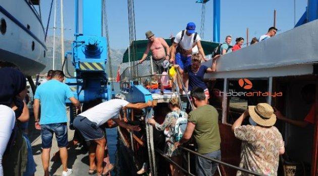 Antalya'da korku dolu anlar: Su alan tur teknesi batma tehlikesi geçirdi