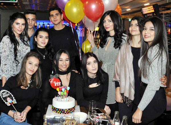 Arkadaşlarıyla 18'inci Yaşını Kutladı