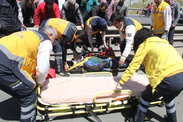 Bariyerlere Çarpan Motosikletin Sürücüsü Yaralandı