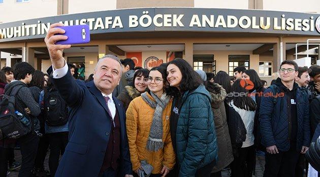 Başkan Böcek, öğrencilerin karne sevincine ortak oldu