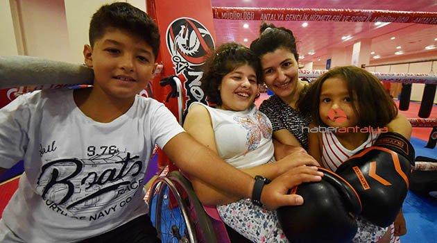Engelli kızı için başladığı muay thai'de şampiyonluk hedefliyor