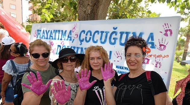 Festivale katılan kadınlar Al yazma Anıtına İz bıraktı