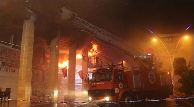 Kemer'de iş yeri alev alev yandı