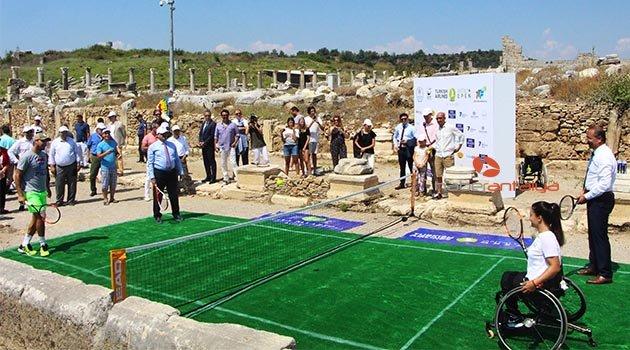 5 bin yıllık tarihi Perge'nin surları arasında ilk tenis maçı