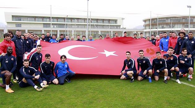 Antalyaspor'dan şehitlere bayraklı saygı