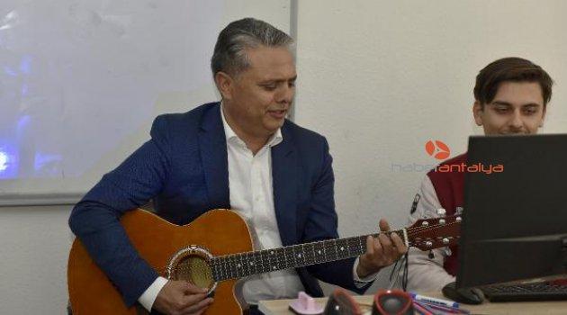 Başkan Uysal, gençlerle gitar çaldı