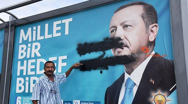 Cumhurbaşkanı Erdoğan'ın afişine boyalı saldırı