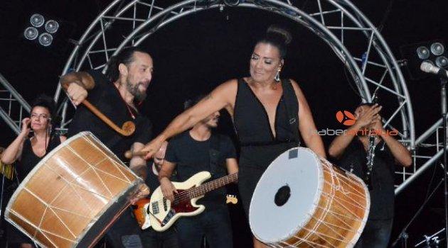Işın Karaca kardeşiyle düet yapıp davul şovu sundu