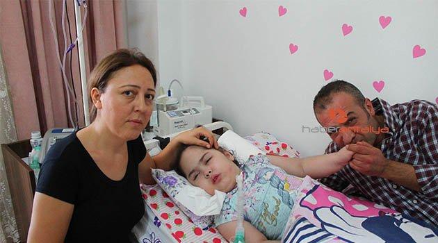 Kızlarının ölümünü beklerken okul kaydı geldi