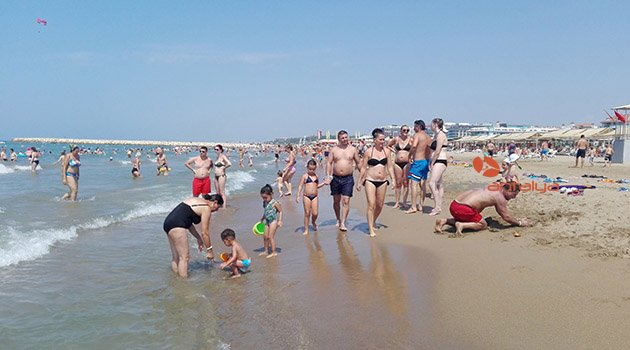 Manavgat'ta tatilciler sahilleri doldurdu