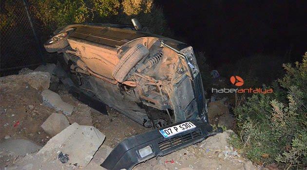 Otomobil, falezlerde asılı kaldı