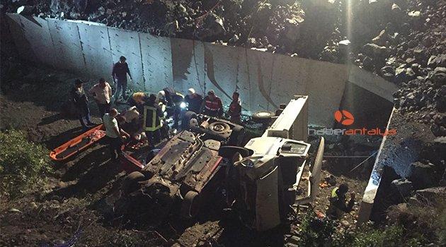 Otomobille kamyonet çarpıştı: 8 yaralı
