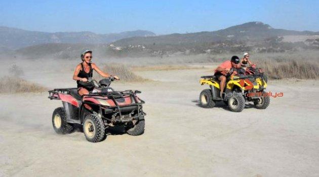 Turistler, ATV safariyle eğleniyor