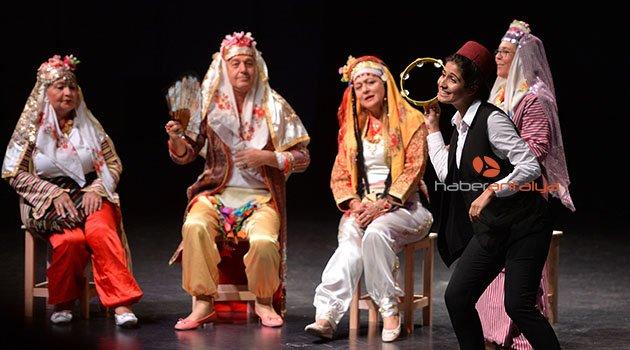 Yaşlı Evi üyeleri tiyatro oyunu sahneledi