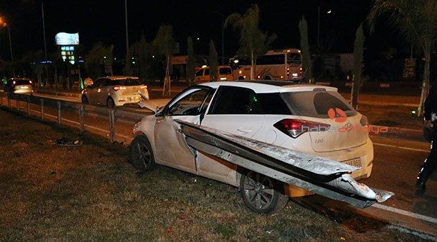 Otomobil bariyere saplandı, sürücü yaralandı