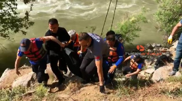 Otomobil nehre uçtu: 2 ölü, 1 kayıp