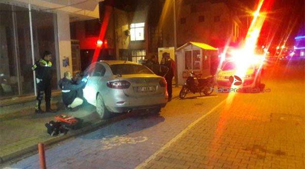 Otomobiliyle önce polis aracına sonra duvara çarpıp kaçtı