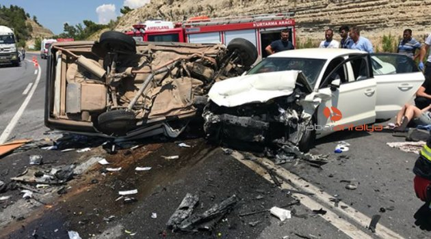 Otomobiller kafa kafaya çarpıştı: 3 ölü, 4 yaralı