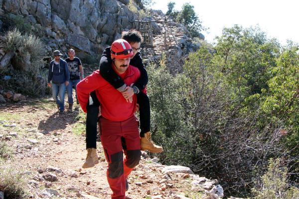 Paraşüt Kazasında Yaralanan Çinli Turisti Sırtında Taşıdı