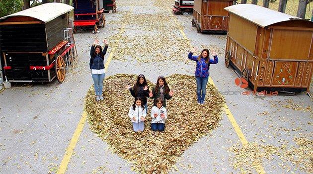 Sonbahar yapraklarından kalp yaptılar