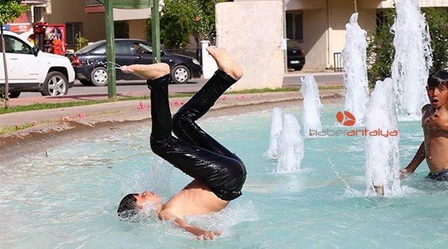 Süs havuzunda tehlikeli eğlence!