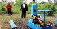 70 yıl sonra bulduğu ağabeyinin mezarında duygusal anlar yaşadı