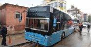 Yağmur yüzünden çöken yolda otobüs ve kamyonet mahsur kaldı