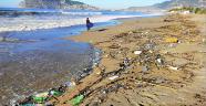Alanya'da atıklar kıyıya vurdu