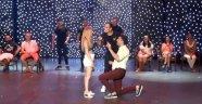 Amfi tiyatroda sürpriz evlilik teklifi