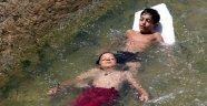 Antalya'da denize gidemeyen çocukların su kanalında tehlikeli rafting keyfi