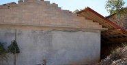 Antalya'da şiddetli rüzgar evin çatısını uçurdu