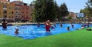 Büyükşehir'de, çocuklar eğlenerek yüzme öğreniyor