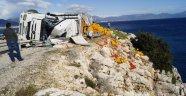 Devrilen TIR'ın dorsesinde yüklü sebzeler denize döküldü